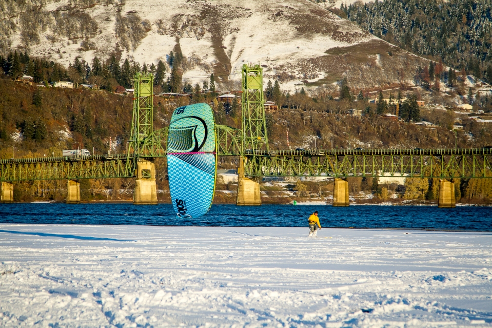 Joe snowkiting the Hood River Sandbar